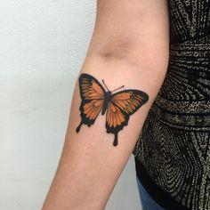Tatuagem feita por Fabiano Junior de Barueri - SP.  Borboleta colorida no antebraço.