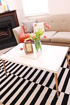 "33 proyectos encantadores ""hágalo usted mismo"" para decorar tu apartamento de adulto Ikea Table Tops, Table Ikea, Diy Table, Simple Coffee Table, Modern Coffee Tables, Easy Coffee, Trendy Home Decor, Diy Home Decor, Room Decor"