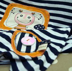"""Malované triko námořnické s holkou L/XL - kvalitní triko - 100% bavlna - modrobílý proužek - dostatečně dlouhé, žensky projmutý střih - ručně malovaná textilní aplikace s holkou, doplněná veselými bavlněnými látkami, námořnickým úpletem, kotvičkovým poutkem a cedulkou """"Handmade"""". Dřevěný růžový knoflíček s retro kolem nesmí chybět! Vše pevně přišito, ..."""