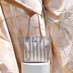 Handbag in beige with striped design and map print. Brown Backpacks, Blue Handbags, White Handbag, Wooden Handles, Stripes Design, Pu Leather, Floral Prints, Beige, Map