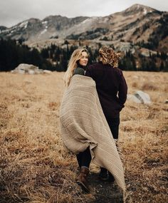 Engagement photo idea - super adorable | fabmood.com #engagementphoto #engaged #engagement #ido #couple