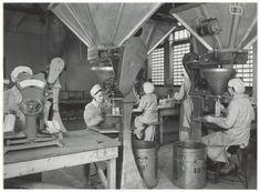 droste chocoladefabriek afwegen van cacaozakjes haarlem 1948 Cacao, Vintage Photographs, Chocolate, City, Painting, Nostalgia, Schokolade, Paintings, Chocolates