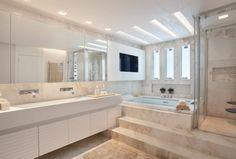 Navegue por fotos de Banheiros modernos: Arquitetura Residencial | Casa de luxo na Barra da Tijuca. Veja fotos com as melhores ideias e inspirações para criar uma casa perfeita.