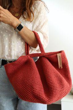 BIENVENIDO SEPTIEMBRE. ESTE BOLSO ES PARA TI. Crotchet Bags, Knitted Bags, Crochet Bowl, Diy Crochet, Crochet Handbags, Crochet Purses, Crochet Stitches, Crochet Patterns, Jute Bags