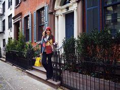 Besonders typisch für die New Yorker Stadthäuschen sind die kleinen Treppenaufgänge, die einem ein bisschen ein Gefühl von 'Sex and the City' geben. Auch über airbnb findet man diese charmanten Wohnmöglichkeiten. New York, Celeb Style, Celebs, Townhouse, Bowties, Celebrities, New York City, Celebrity, Nyc