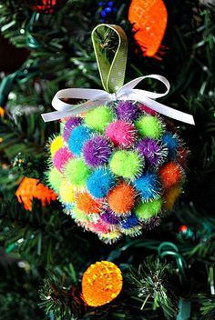 Tutorial ~ Simple Handmade Christmas Ornaments {Homemade Christmas Ornaments for Kids} Christmas Spheres, Christmas Ornaments To Make, Noel Christmas, Christmas Crafts For Kids, Homemade Christmas, Christmas Projects, All Things Christmas, Winter Christmas, Holiday Crafts
