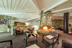 Hôtel Aigle des Neiges **** à Val d'Isère (Maranatha Hotels) - Bar et son espace lougne et cheminée / Bar with lounge area and fireplace Hotel Ski, Val D'isère, Lounge, Patio, Bar, Outdoor Decor, Home Decor, Eagle, Outer Space