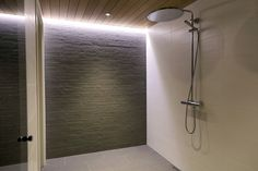 Suihkutilan tunnelmavalaistus. Laattavalinnat ABL-Laatat. #kiviseinä #valkoinen #harmaa #suihkutila #kylpyhuone #saunatilat #laatat #abl #abllaatat Modern Bathroom, Bathroom Ideas, Bathtub, Inspiration, Future, Live, Design, Bath, Standing Bath