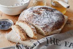 Skvělá chuť, kterou musíte zkusit. Chléb upečený ze špaldové mouky, trochou nastrouhaných brambor a zadělaný podmáslím. Těsto nechte vykynout v tradiční ratanové ošatce.