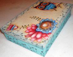 Caixa de MDF com divisórias, pintada, decorada com decoupage e carimbos. Flocada internamente. R$ 55,00