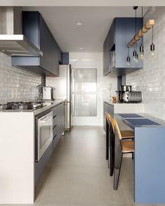 Pequena e estreita: 9 ideias para aproveitar ao máximo a cozinha corredor - Kitchen Room Design, Home Room Design, Kitchen Cabinet Design, Home Decor Kitchen, Interior Design Kitchen, Small Apartment Interior, Small Apartment Kitchen, Small Galley Kitchens, Home Kitchens