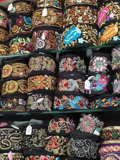 El blog de Georgina: Estamos aquí.... Border Embroidery Designs, Bead Embroidery Patterns, Beaded Embroidery, Diy Fabric Jewellery, Vintage Jewelry Crafts, Passementerie, Sewing Material, Boho Bags, Fabric Ribbon