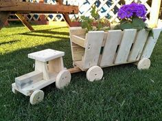 Reused Pallets Wooden Garden Decor Tractor Planters: All of us are always in need of such things that give relaxing, refreshing and up to date environment. Wooden Garden Planters, Diy Planter Box, Diy Planters, Pallet Crafts, Wood Crafts, Garden Projects, Wood Projects, Wood Pallet Furniture, Deco Floral