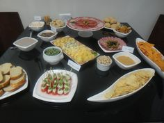 Mesa prática para receber amigos em casa Brunch, Coffee Break, Canapes, Food Presentation, Happy Hour, Wine Recipes, Finger Foods, Open House, Carne