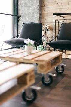 Mesas de centro feitas de pallets são sempre bem vindas na #decor, melhor se vierem acompanhados de belos móveis, por exemplo, belas e confortáveis cadeiras.#pallets #reutilização #reciclagem #homedecor #decor #decoracao #carrodemola #cadeiras #design #decorarfabem #comprardecoracao.