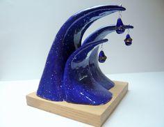 Sculpture : les vagues en céramique sur un socle en bois : Sculptures, gravures, statues par lezarts-de-nat