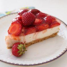 Fresh summerry vanilla cheesecake with strawberries. Kesän herkullisinta mansikka-vaniljajuustokakkua rakkaimmille | Kulinaari