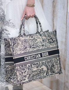 Dior Bag Ideas of Dior Bag Pinte - Dior Purse - Ideas of Dior Purse - Dior Bag Ideas of Dior Bag Dior Purses, Dior Handbags, Fashion Handbags, Purses And Handbags, Fashion Bags, Leather Handbags, Cheap Handbags, Burberry Handbags, Luxury Bags