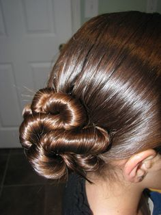 Twist side bun (plus a zillion other hair styles for kids and tweens) Great site!