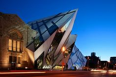 The Royal Ontario Museum located in Toronto, Canada by reason of its unique exhibits attracts more than one million visitors every year. The Royal Ontario Museu Daniel Libeskind, Unique Buildings, Amazing Buildings, Rem Koolhaas, Zaha Hadid, Bilbao, Architecture Unique, Toronto Architecture, Installation Architecture