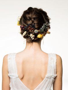 上下に大きく編み込み、サイドの編み込みと合体。髪の長い人は、編み込みをぐるぐると巻きつけるようにして。実モノ、花、と種類の異なる小ぶりなドラ...