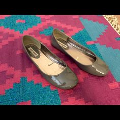 Steve Madden Molle Flats Pewter Womens size 9. Used but in great condition. Some crack inside near ball of feet. No scratches on patent exterior. Steve Madden Shoes Flats & Loafers