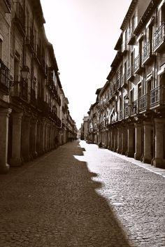 En esta calle, Alcalá de Henares nace Miguel de Cervantes el día 29 de septiembre de 1547