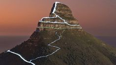 Cape Town offers a variety of hiking trails and climbing routes. Here you do not even have to travel far, because right on Table Mountain, Lions Head and Signal Hill are numerous hiking paths. Lions Head Hike, Gym And Tonic, City Branding, Table Mountain, Most Beautiful Cities, Hiking Trails, Cape Town, Full Moon, Monument Valley