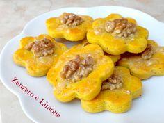 Questi biscotti al formaggio sono perfetti per un aperitivo o da servire come antipasto accompagnati da qualche fetta di prosciutto crudo.