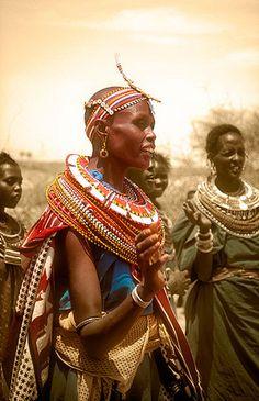 Mujeres Samburu danzan y cantan -   Samburu women dancing and singing (August 2005)    www.vicentemendez.com