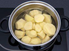 Wenn Sie Salzkartoffeln kochen, sollten Sie das Wasser hinterher nicht einfach wegschütten. Wie Sie diese Flüssigkeit sinnvoll weiterverwenden können.