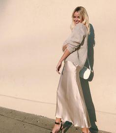 Silk Satin Dress, Satin Midi Skirt, Christmas Fashion, Autumn Fashion, Curvy Outfits, Fashion Outfits, Street Chic, Street Style, Midi Skirt Outfit