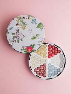 Liquor-filled bonbons in a cute tin by Rokka-tei Candy Packaging, Food Packaging, Packaging Design, Bakery Decor, Japanese Wrapping, Japanese Packaging, Liquor, Sweets, Gifts