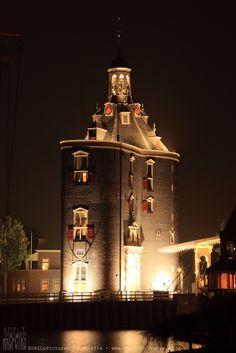 De Drommedaris, geheel gerestaureerd en nog maar net mooi verlicht, aan het begin van de avond....een plaatje! :)  #enkhuizen #enricopictures #drommedaris #architectuur