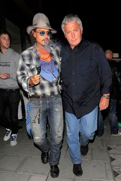 Johnny Depp vapes. Omg johnny, we r meant to b together