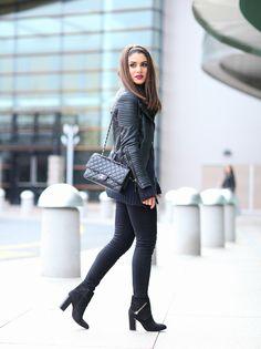 Look preto total adotado pela blogueira Camila Coelho para um passeio.
