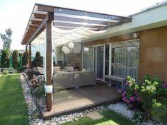 pevná veterná sklenená zástena ktorá slúži ako veterná zástena terasy za rodinným domom Pergola, Outdoor Structures, Outdoor Decor, Home Decor, Decoration Home, Room Decor, Outdoor Pergola, Home Interior Design, Home Decoration