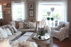 Beige livingroom. Love the gray and white pillow accents and LOVE the coffee table ähnliche tolle Projekte und Ideen wie im Bild vorgestellt werdenb findest du auch in unserem Magazin . Wir freuen uns auf deinen Besuch. Liebe Grüße Mimi