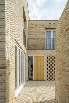 Nesselande exterior entrance detail Source by olgapedryc Brick Architecture, Residential Architecture, Modern Exterior Lighting, Modern Entrance Door, Mews House, Townhouse Designs, Living Roofs, Brick Facade, Social Housing