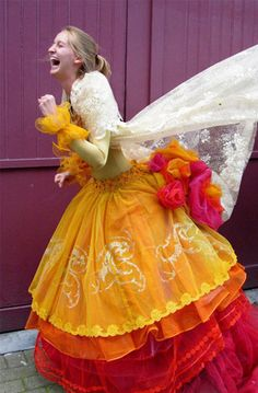 Isabelle de Borchgrave - Painter, designer, artist, visual artist, discover its amazing dresses and creations of paper ! Paper Clothes, Paper Dresses, Amazing Dresses, Nice Dresses, Wedding Dress Cake, Fairy Clothes, Fantasy Gowns, Isabelle, Steampunk Costume