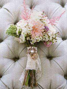 Résultats Google Recherche d'images correspondant à http://www.mariageschics.com/images/stories/images_articles/accessoires/bouquet/accessoiriser_bouquet_mariee2.jpg