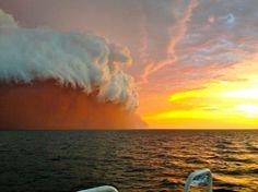 Erstaunliches Schauspiel vor Westaustralien: Ein Sturm riss den Sand vom den Sand vom Kontinent fort, dann ließ plötzlich einsetzender Regen die Partikel über dem Meer hinabstürzen.  Quelle: SPON von REUTERS/ Brett Martin/ fishwrecked.com
