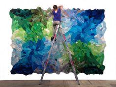 Artista Agustina Woodgate cria tapetes feitos de bichos de pelúcia.