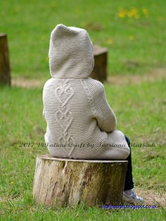 Hearts Queen Coat is must have for your little fashionista wardrobe. The design of the coat is pretty and simple. The close fitting on the waist is combined with raglan sleeves and pixie hood. Coat is knitted in pretty cream color and decorated with contrast color wooden buttons.
