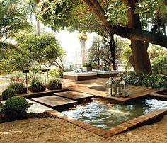A proposta da paisagista Gilda Maldonado para o Jardim de Entrada era fazer um ambiente funcional. O resultado foi uma área de 600 m² com deck de madeira, um espelho d'água e dois futons de casal para quem quiser apreciar a paisagem. A iluminação do espaço foi feita com LEDs e velas