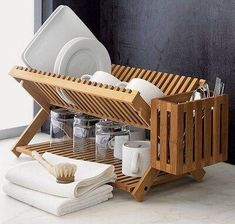 Eight wooden dish racks for a classic kitchen decor - Hometone - Home Automation and Smart Home Guide Kitchen Rack, Kitchen Dishes, Kitchen Utensils, Kitchen Storage, Dish Storage, Kitchen Drying Rack, Dish Drying Racks, Kitchen Gadgets, Kitchen Furniture
