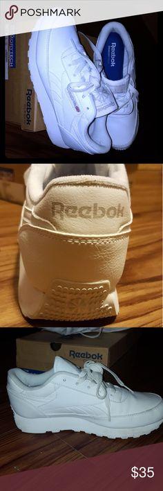 Reebok Classics (Women's 6.5) White, memorytech insoles, worn twice, super comfy! Reebok Shoes Athletic Shoes