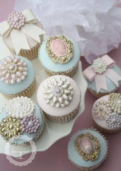 Vintage Brooch cupcakes... in babyblue, rosé and beige - wonderful idea for a wedding reception...