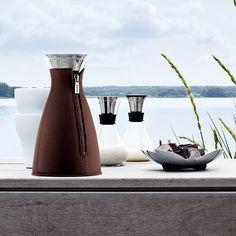 糖罐/奶精罐禮盒糖與奶精是喝咖啡與紅茶的絕佳良伴,但是,我們卻看到一般的餐廳採用的,大都是一般糖包以及奶精球,或是用簡單的白瓷所做的容器而已。    Tools Design 思考這個問題時,第一步想用現代的北歐設計語言來詮釋與改善,設計出一款能夠透視糖與牛奶美感的玻璃瓶,同時與咖啡獨奏以及泡茶組的造型搭配,符合設計風格的一致,又成功地「進化」了一般人對糖罐與奶精罐的觀感,值得喝采,評審先給70分。    他們認為,許多食譜會寫要加幾茶匙幾茶匙的糖,但為了量多少茶匙,還得要另外拿個湯匙,其實也挺討厭的。因此,他們開發出這款每倒一次就剛好一茶匙量的設計,功能性與創意十足,再得10分。    奶精最怕滴到桌上,Tools將防側漏的設計套用在這個作品上,加上一個軟蓋防塵保存,評審只好又加10分。    這款90分的作品,剩下的10分,留給你與朋友分享感動與快樂時加上吧!