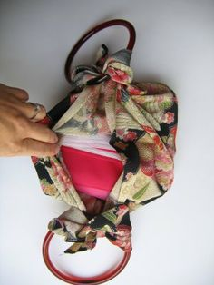I am absolutely crazy about furoshiki. Furoshiki are square wrapping cloths that were traditionally used in Japan to carry things. There are hundreds of ways to wrap and tie a furoshiki and they come in all sizes and patterns. Diy For Bags, Furoshiki Wrapping, Japanese Wrapping, Japanese Knot Bag, Wraps, Ideias Diy, Handbag Patterns, Diy Purse, Japanese Patterns